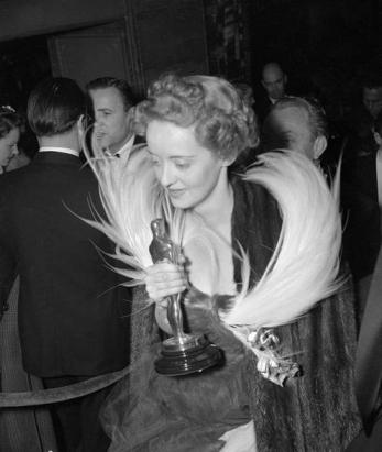 Bette Davis and her Oscar for Jezebel (1938)